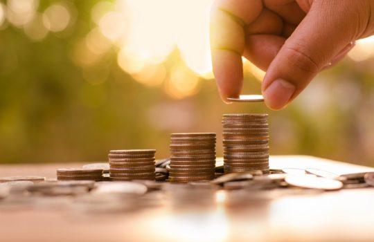 Jak oszczędzać, zarabiając najniższą krajową?
